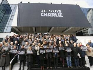 Pessoas fazem homenagens às vítimas do atentado a Charlie Hebdo, no Palácio dos Festivais, em Cannes