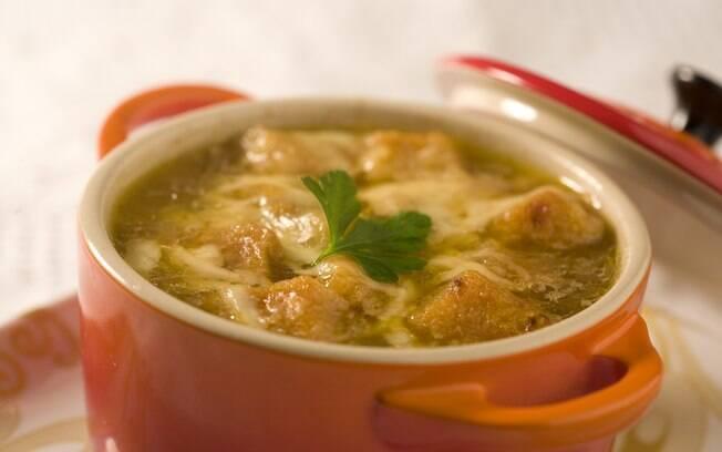 Foto da receita Sopa de cebola gratinada com queijo prato pronta.