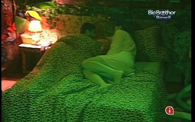 Deitados na cama, Laisa e Yuri se desentendem antes de dormir