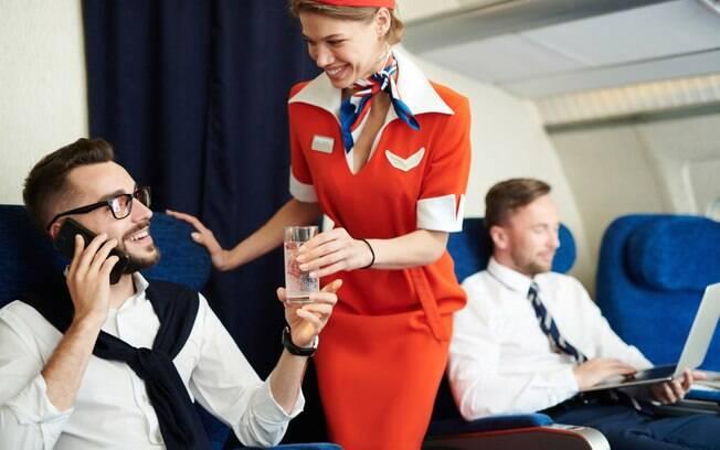Comissária de bordo na Inglaterra revela como distraía passageiros bêbados