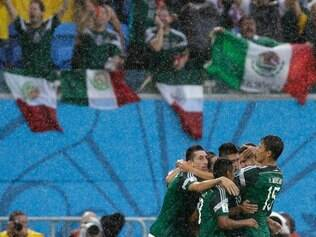 COPA: NATAL - MEXICO E CAMAROES Mexico's Oribe Peralta celebrates with teammates after scoring the opening goal during the group A World Cup soccer match between Mexico and Cameroon in the Arena das Dunas in Natal, Brazil, Friday, June 13, 2014.  FOTO: Ricardo Mazalan/AP - 13.06.2014