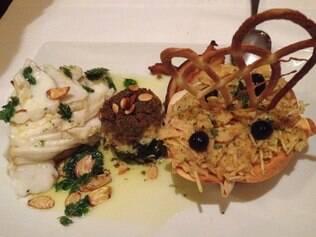 O bacalhau Gadus mohrua (mais conhecido como cod) solta lascas depois de assado, como o de As Salgadeiras, em Lisboa