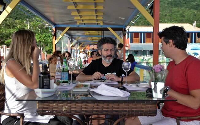 O chef de cozinha Jaime explicou para o casal detalhes das história local e da importância das ostras