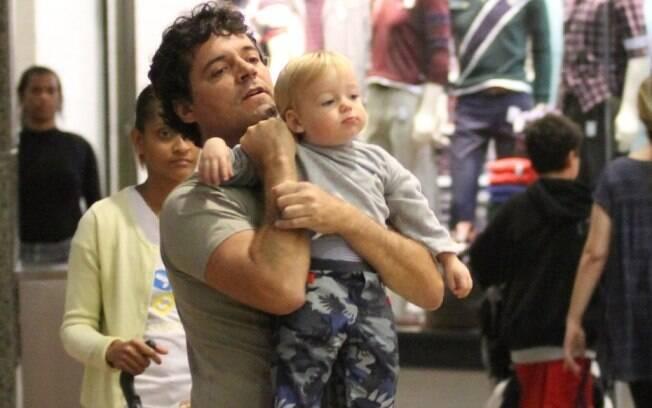 Felipe Camargo e o pequeno Antônio se divertiram pelos corredores do estabelecimento