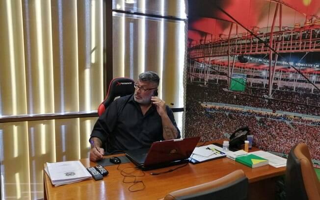 homem de terno em mesa de gabinete