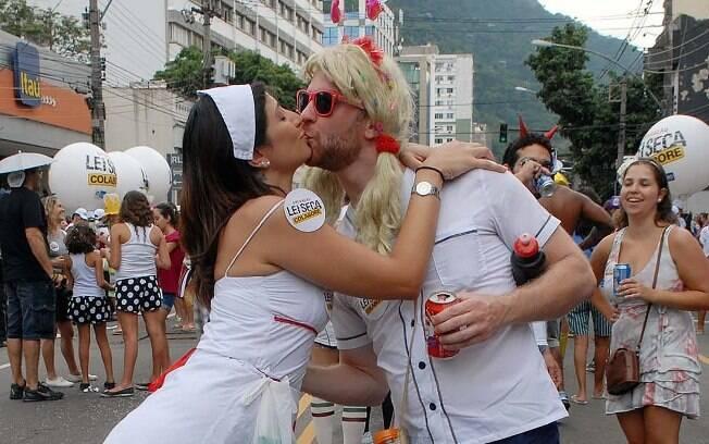 Não é só a doença do beijo que pode ser transmitida com a troca de salivas; saiba como se prevenir e garantir uma folia tranquila