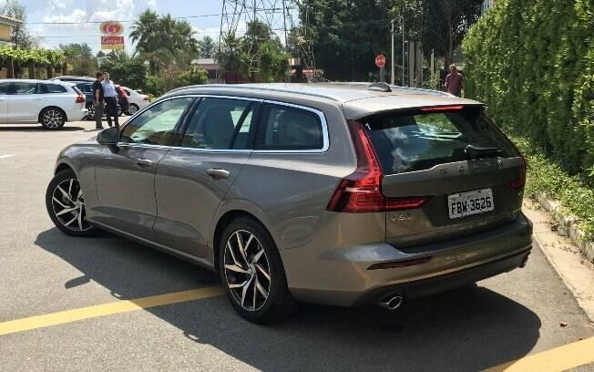 A traseira do Volvo V60 segue com as linhas que são marca registrada da marca, mas agrega modernidade