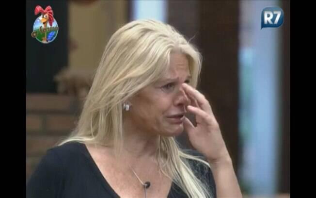 Monique chora e diz ter ficado magoada com os acontecimentos de ontem