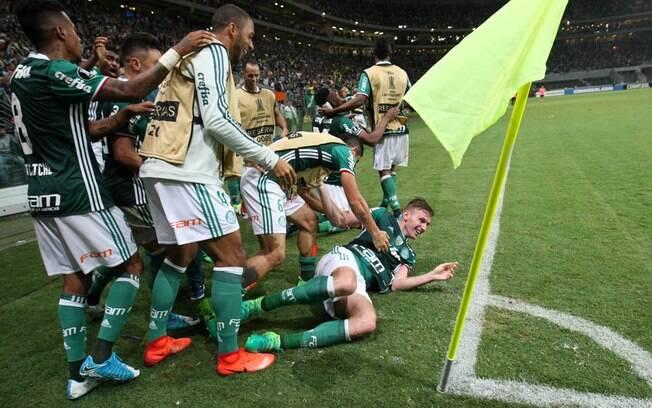 Jogadores do Palmeiras comemoram gol da vitória sobre o Peñarol aos 54 e meio do segundo tempo