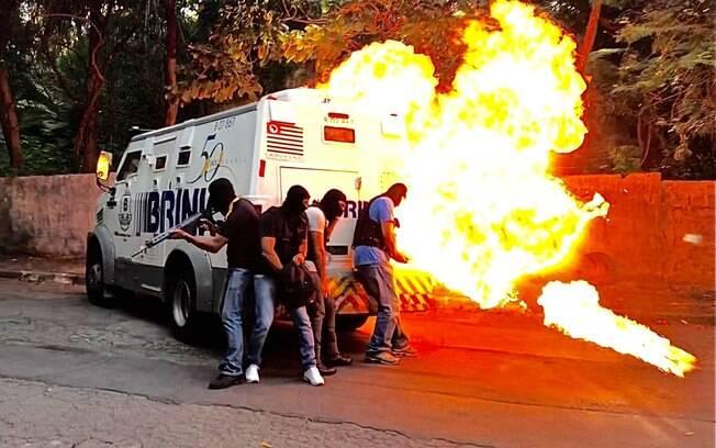 PMs de ROTA, fazendo papel de criminosos, explodem a porta do carro-forte, durante treinamento de combate contra assalto a carro-forte