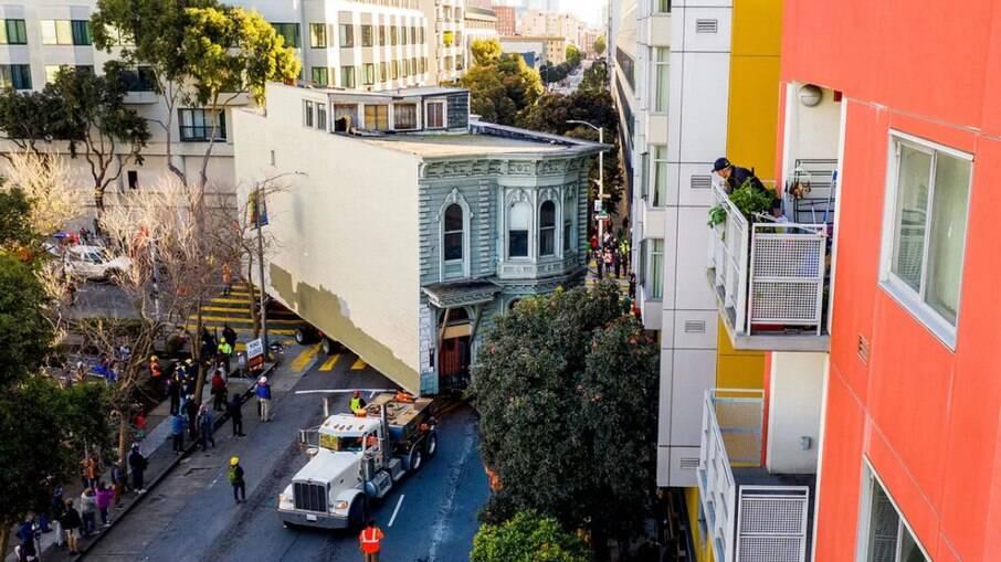 Após 139 anos, casa é transportada e muda de endereço em São Francisco
