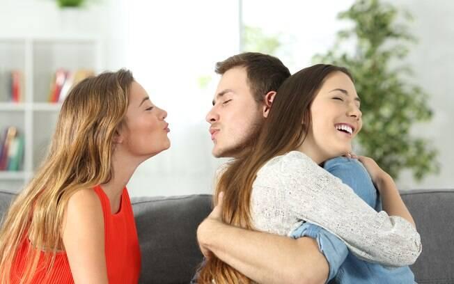 Além de o namorado a trair com uma desconhecida, ele também a traiu com a sua melhor amiga