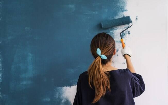 O resultado da pesquisa mostra que a cor da parede mais escura deixa as pessoas mais quietas e  introspectivas