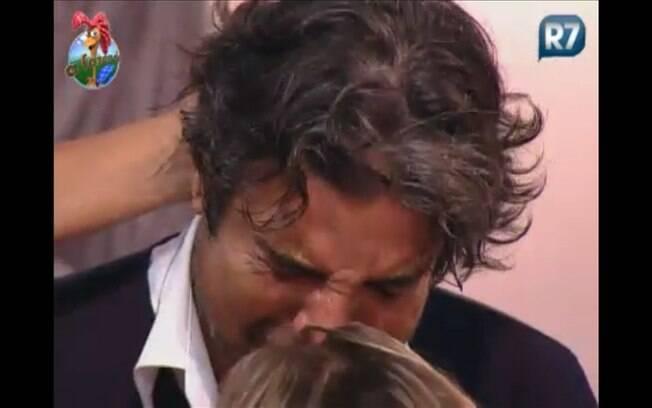 João chora bastante durante a festa