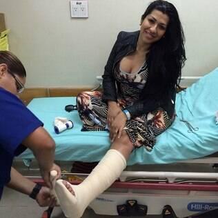 Mulher Moranguinho engessa o pé após encontro com fã