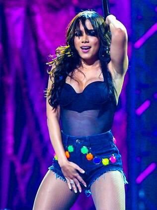 Anitta sensualiza em show de lançamento de DVD