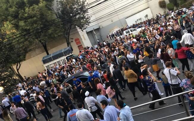 Pessoas evacuam prédios na Cidade do México após alerta de terremoto