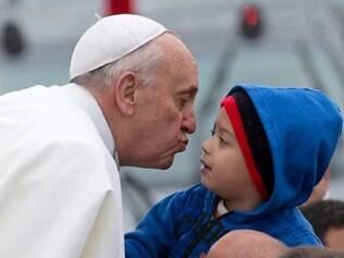 Papa Francisco beija criança em sua chegada a Aparecida