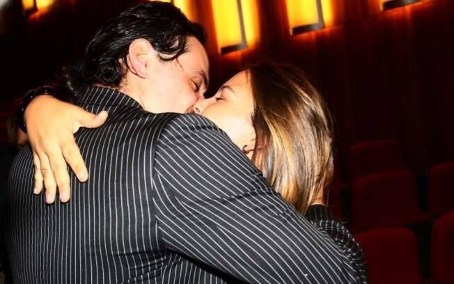Rodrigo Lombardi e Betty Baumgarten trocam beijos após a estreia de
