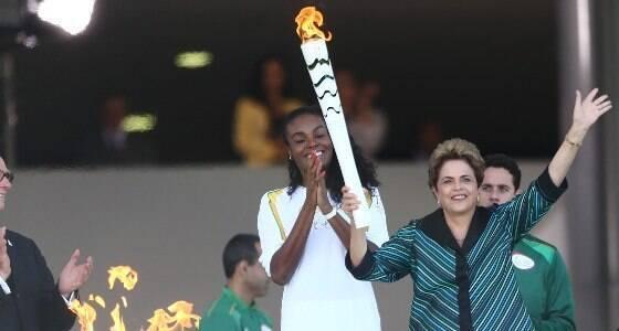 """Dilma acende tocha e fala em """"melhor Olimpíada"""""""