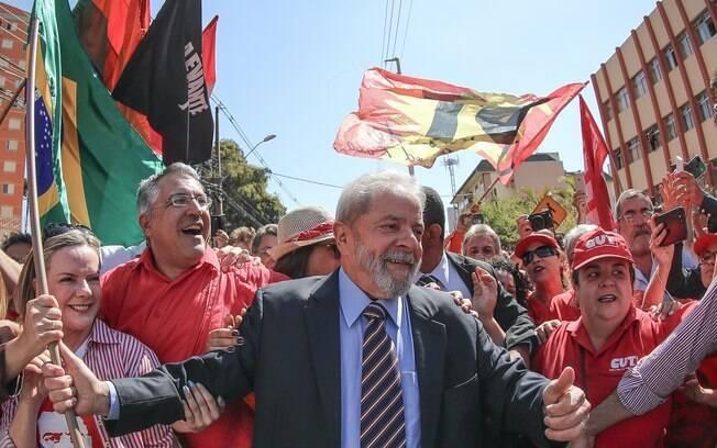 Militantes se reuniram em frente ao Sindicato dos Metalúrgicos em apoio ao ex-presidente Lula