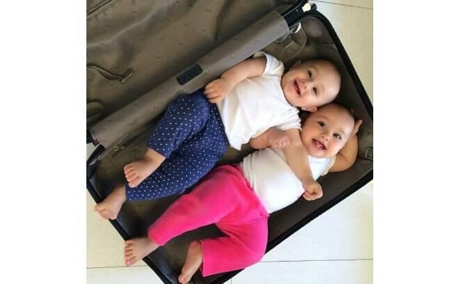 Natália Guimarães brincou com as filhas gêmeas e as colocou em uma mala de viagem