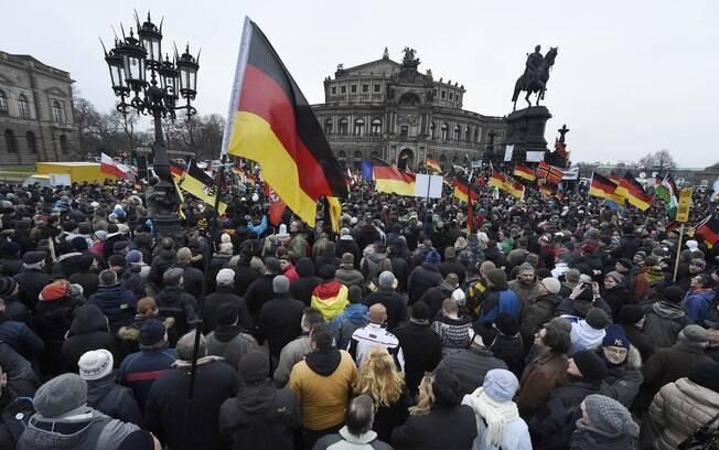 Milhares se reuniram em manifestação anti-islâmica em Dresdem, na Alemanha, neste domingo (25)