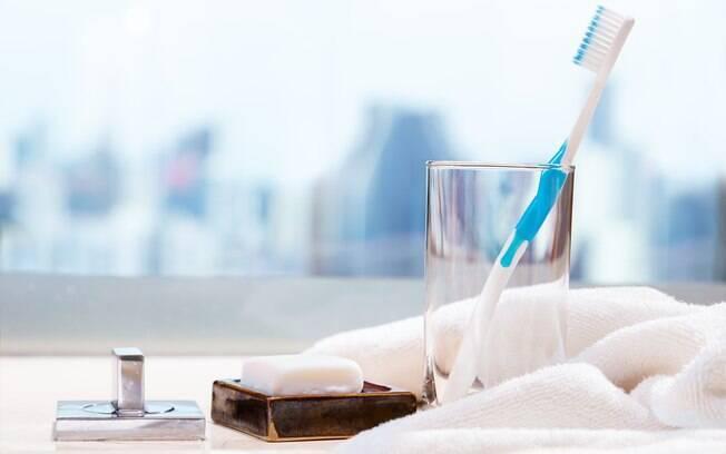 A escova de dente deve ficar num local bem iluminado com luz natural, para evitar os problemas de higiene