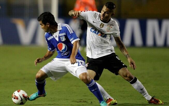 Guerrero disputa a bola com Otalvaro, do  Millonarios