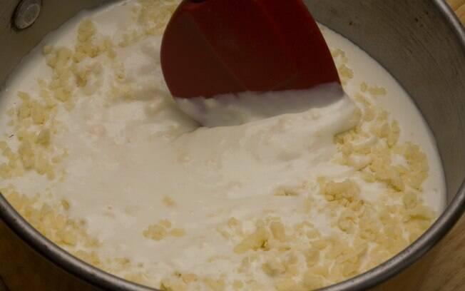 Adicione o creme de leite, o queijo, o sal, a noz-moscada e a pimenta-do-reino. Continue a cozinhar, sem parar de mexer, por mais 2 minutos ou até ferver. Retire do fogo