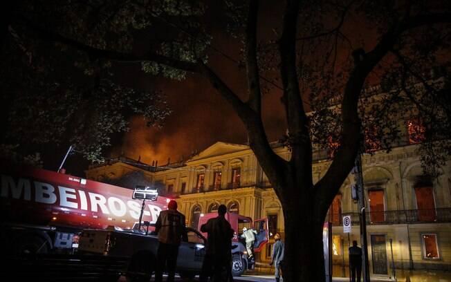 Incêndio que atingiu Museu Nacional foi controlado somente após seis horas de destruição