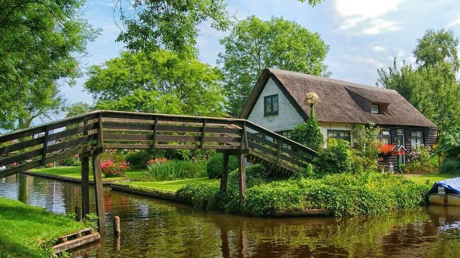 Giethoorn é uma cidade completamente sem ruas, situada a aproximadamente 150 km de Amsterdã.