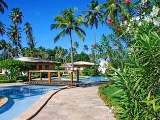 Água de coco e muito sol no resort Grand Oca Maragogi