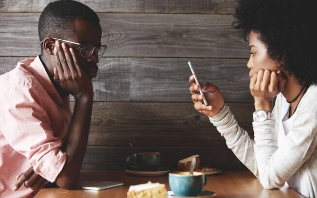 Melhor do que ficar enrolando, à espera de uma reviravolta na conversa, é ir direto ao ponto e falar que não está legal
