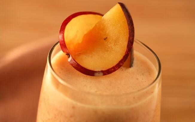 Foto da receita Suco de laranja com banana e ameixa fresca pronta.