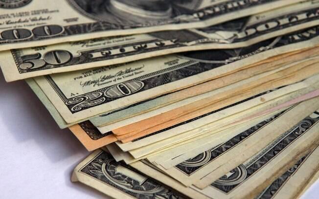 Dólar segue em alta, operando acima de R$ 5