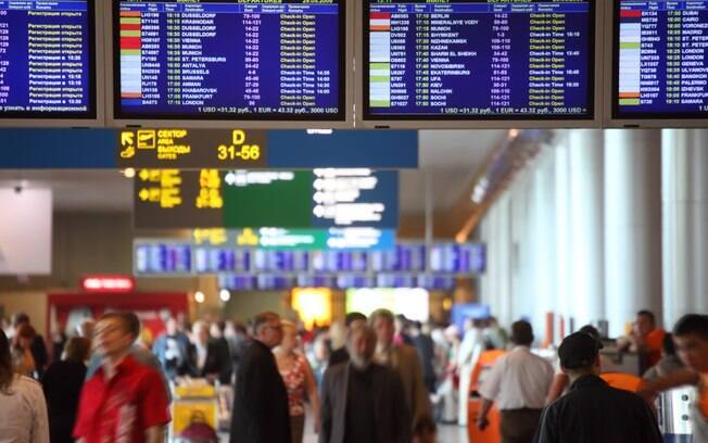 Painéis espalhados pelo aeroporto mostram o horário de embarque do seu voo