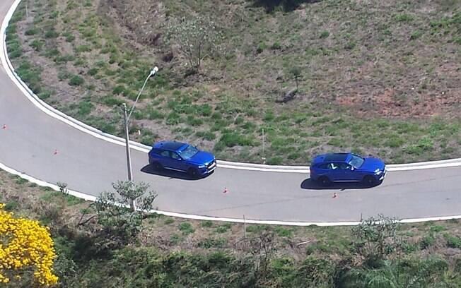 O motor 3.0 V6 de 380 cv do Jaguar F-Pace S deixava-o tão rápido que era difícil tirar fotos do SUV em movimento, até mesmo do alto.