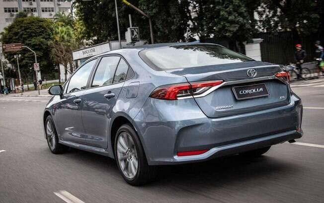 Toyota Corolla 2020 tem alguns detalhes que dão um aspecto esportivo ao sedã, como os defletores de ar nas laterais