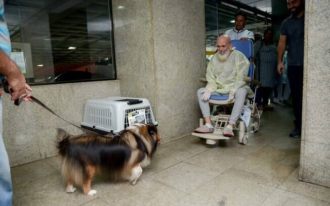 Flávio José  encontrando o cachorro Agadir