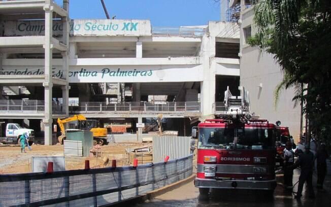 Bombeiros foram acionados para socorrer  funcionários na Arena Palestra após desabamento de  parte da arquibancada