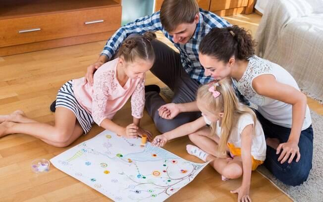 Aproveite os dias frios e chuvosos para reunir a família e apostar em brincadeiras infantis dentro de casa
