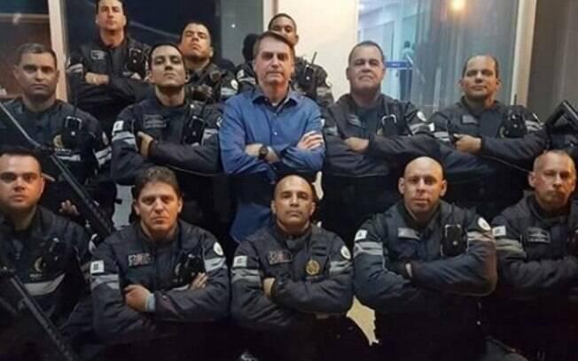 Presidente Jair Bolsonaro ao lado de policiais
