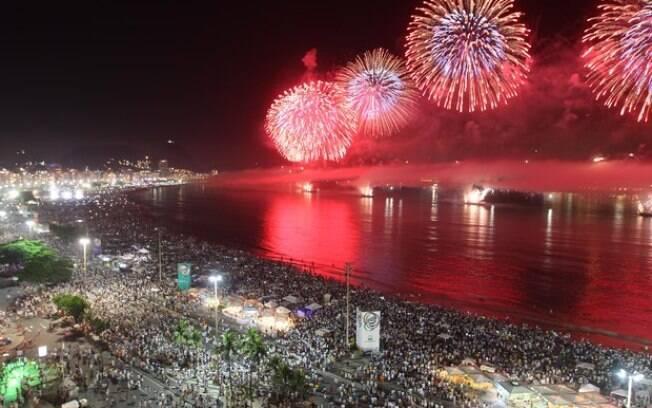 Queima de fogos em Copacabana , com tema olímpico, encantou o público presente