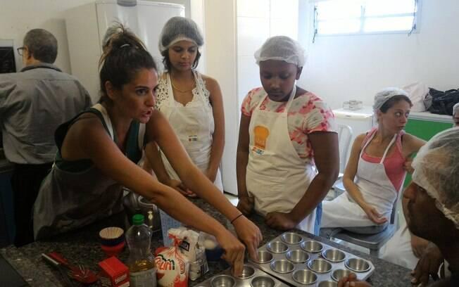 Carol Fiorentino ensina os alunos da TUCCA como fazer um cupcake
