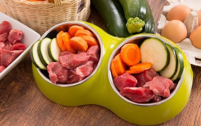 A alimentação natural para cães é uma dieta balanceada composta por ingredientes naturais e minimamente processados