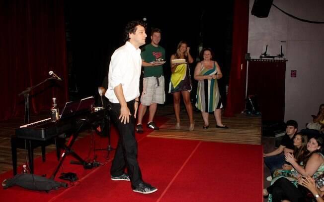 Marcelo Serrado no palco do Teatro Leblon