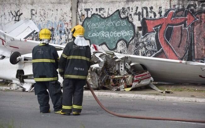 Bombeiros fizeram resgate do piloto do avião de pequeno porte