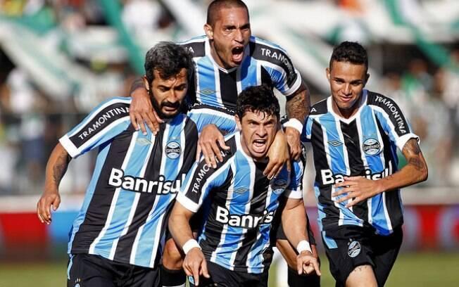 Gremistas comemoram gol de Giuliano sobre o Juventude pelo Gauchão