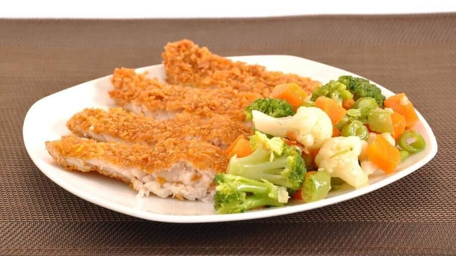 Peixe empanado crocante com salada; aprenda